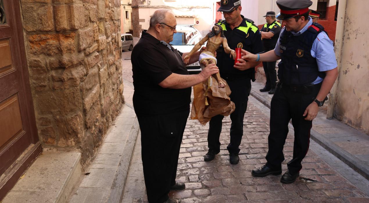 Els Mossos d'Esquadra retornen el Crist robat a la capella de la Pietat de Berga