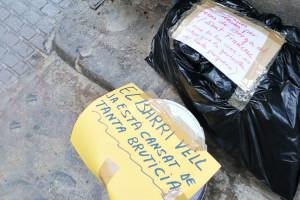 Missatges a les escombraries: la protesta dels veïns del barri vell de Berga per les bosses escampades