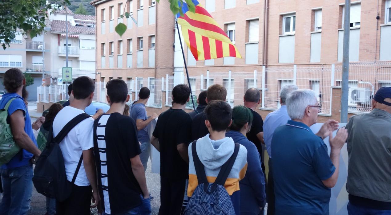 L'acte de suport als detinguts reuneix 200 persones a Berga i acaba, amb menys força, a la caserna