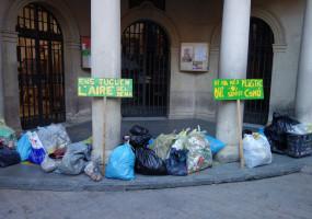 Joves de Berga recullen la brossa i les burilles dels carrers i les exposen als peus de l'Ajuntament