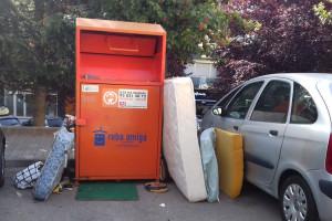 Revifen els abocaments d'escombraries als contenidors de roba per reciclar