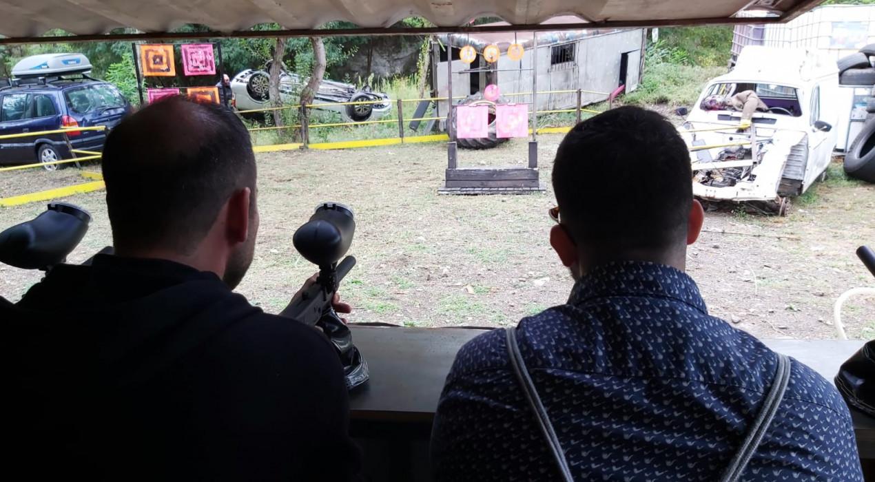 Matar zombis amb una pistola de paintball per evitar que se t'acostin, la darrera bogeria d'Horrorland