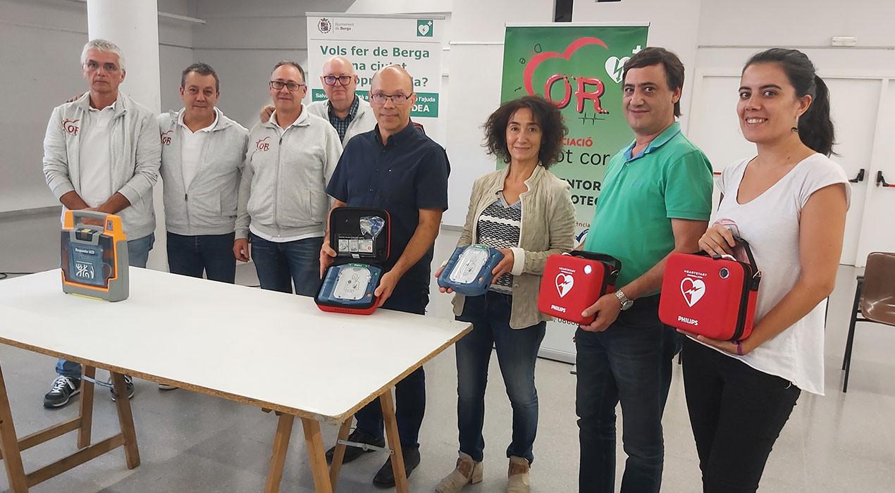 Quatre farmàcies de Berga compren desfibril·ladors i els instal·len al carrer per cardioprotegir la ciutat