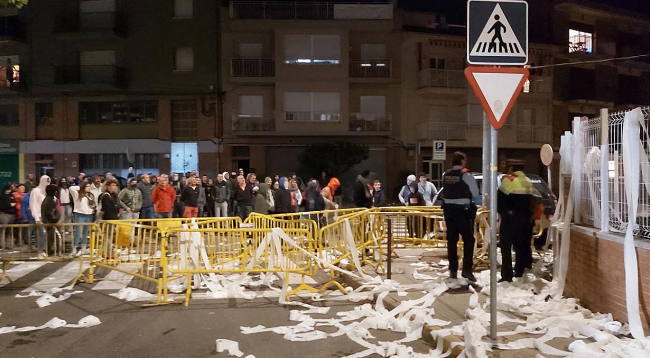 La caserna de la Guàrdia Civil de Berga queda plena de paper higiènic en una nova protesta contra les càrregues policials