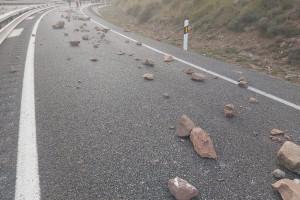Els manifestants escampen pedres i claven ferros a la C-16, i tallen la carretera vella per provocar més cues