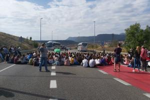 Unes 200 persones condemnen la sentència a Berga i se'n van cap a la C-16