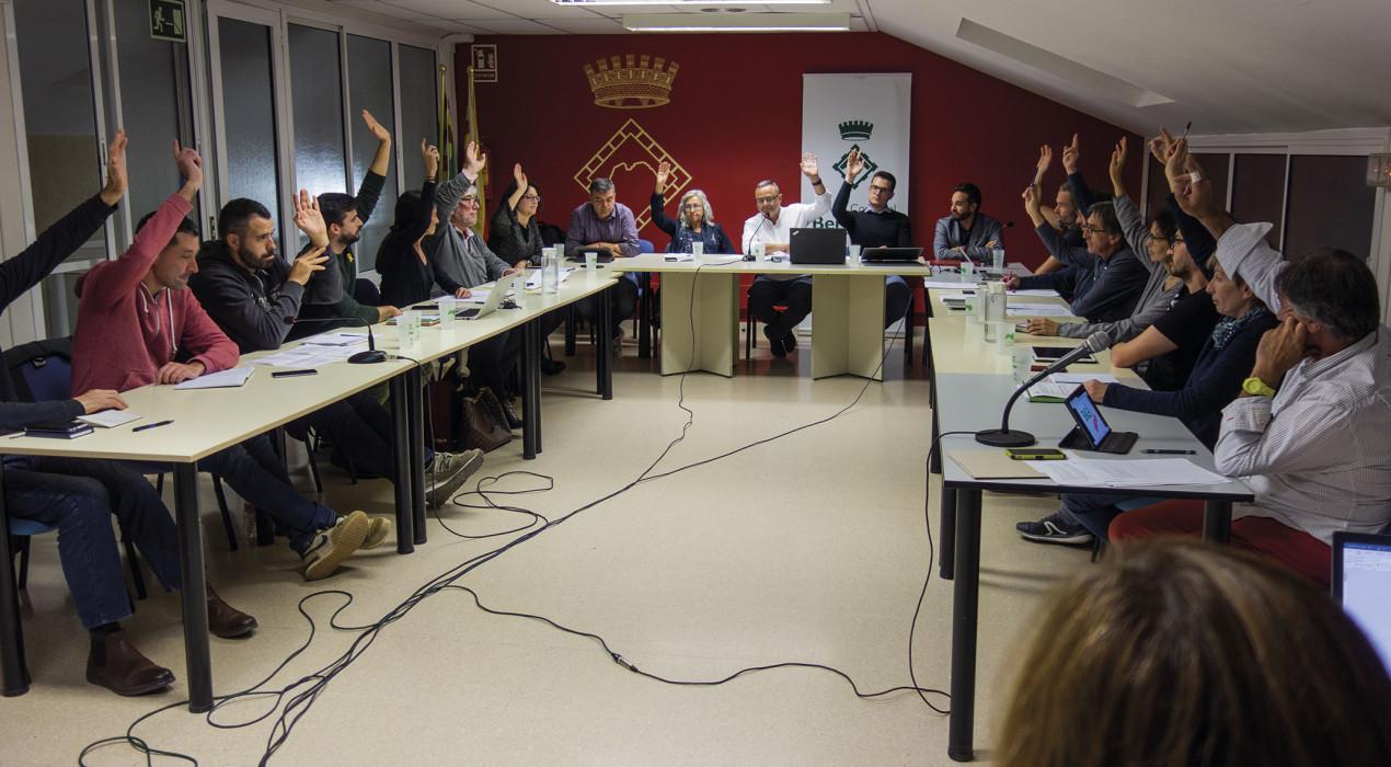 L'oposició en bloc abandona el ple del Consell i deixa plantat el govern per l'entrada de Llamas