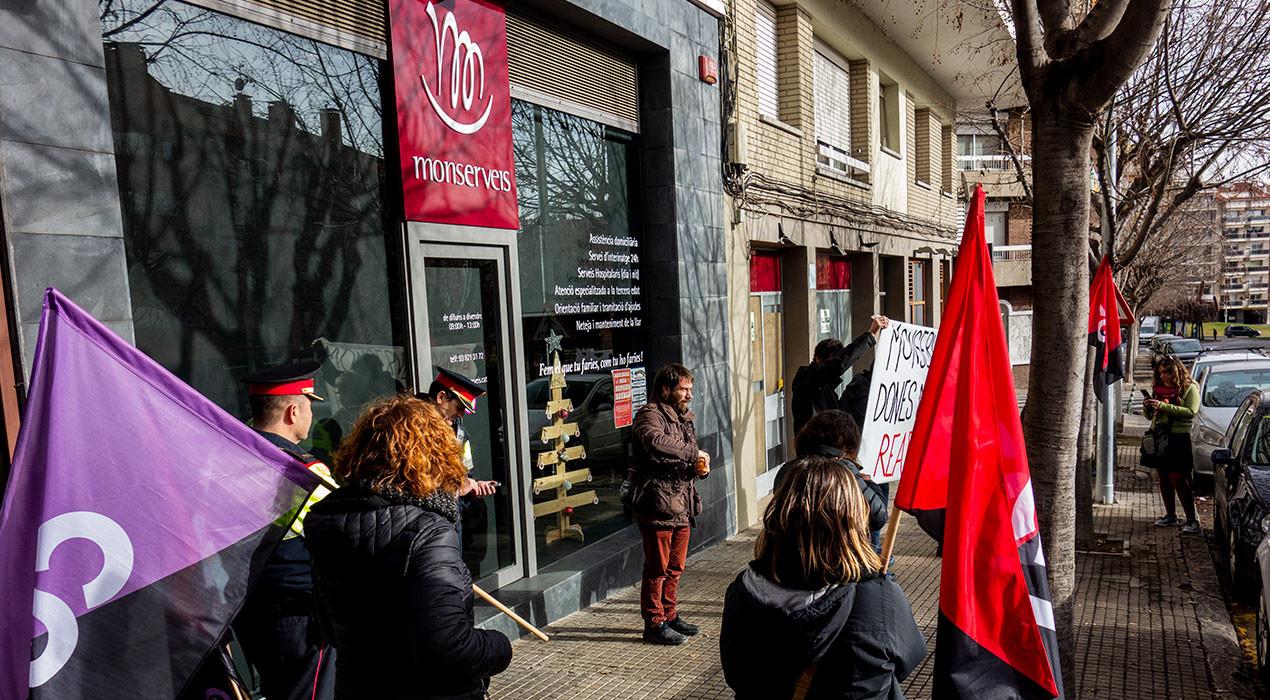L'anarcosindicalisme fa ressonar la precarietat de les treballadores de Monserveis a la seu de l'empresa a Berga