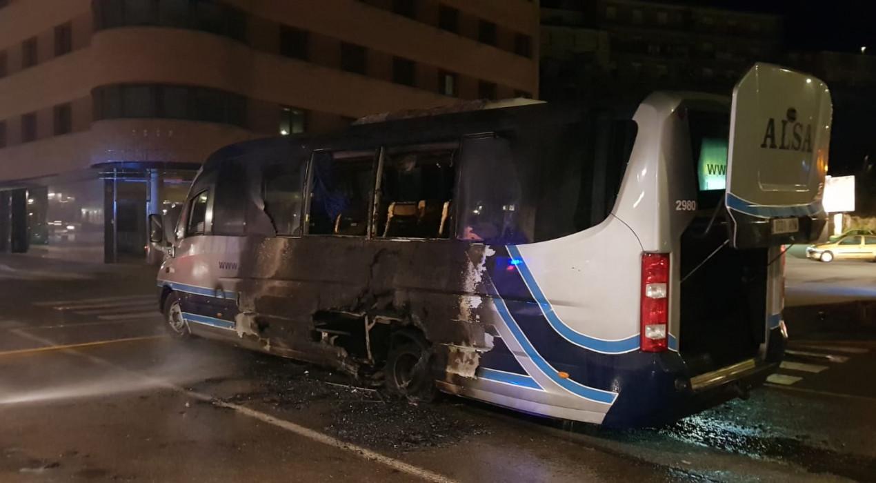 S'encén el bus de la Penya Blaugrana al centre de Berga, tornant del Camp Nou
