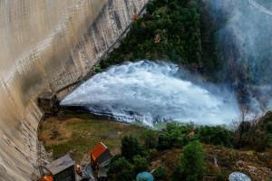 L'ACA allibera aigua del pantà de la Baells durant tot un matí i demana precaució als pobles per on passa el Llobregat
