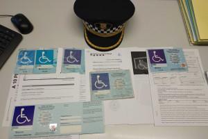 La Policia Local requisa diverses targetes d'aparcament per a persones amb mobilitat reduïda per fer-ne un ús inadequat