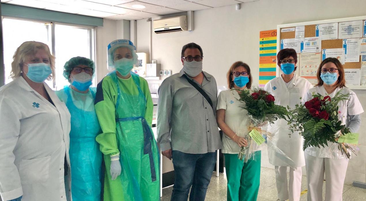 Empreses i associacions de veïns fan arribar roses de Sant Jordi a l'hospital, l'ambulatori i les residències de Berga