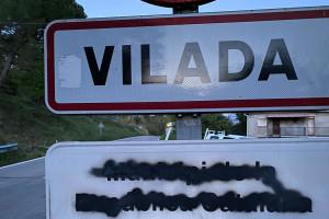 Uns vàndals aprofiten el confinament per pintar els cartells de les entrades de Vilada
