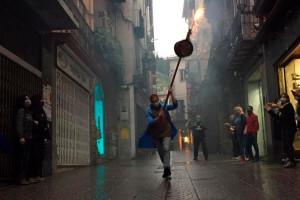 Els veïns del carrer Major improvisen un salt de maces simbòlic, la tarda que s'haurien celebrat els Quatre Fuets
