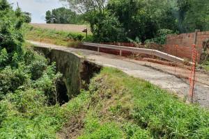 La pluja esfondra part del pont d'accés al veïnat de Noet