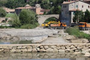 Gironella neteja el Llobregat a la zona del Pont Vell