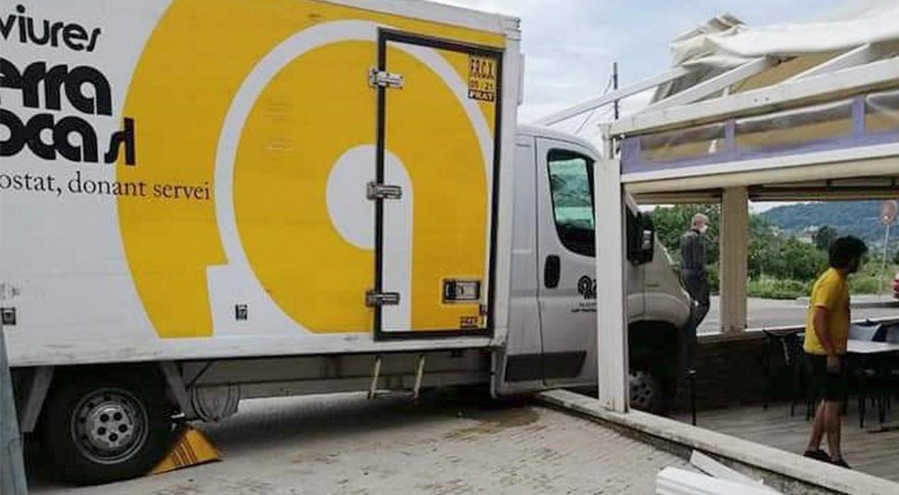 Un camió s'estampa contra el bar Pica Pica de Berga