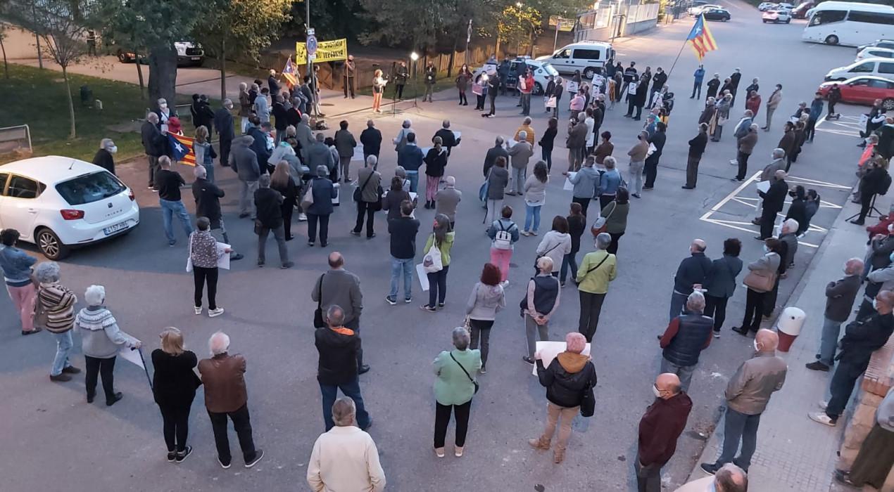 Unes 200 persones es concentren davant els jutjats de Berga contra la inhabilitació de Quim Torra