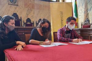 L'Ajuntament de Berga i la unió de botiguers signen un conveni per injectar 60.000 euros al comerç abans que acabi l'any