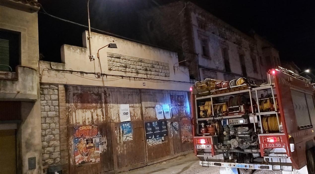 S'ensorra part de la teulada d'un garatge del carrer del Roser de Berga
