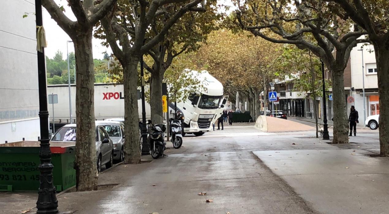 Un camió s'encalla a la rotonda de l'ambulatori de Berga i obliga a desviar el trànsit