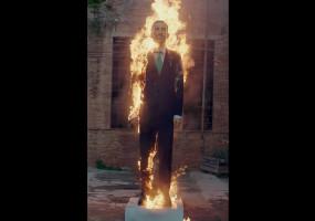 """Una escultura del Rei de 5 metres d'alçada crema """"com les falles"""" al Konvent de Cal Rosal el dia de la Hispanitat"""