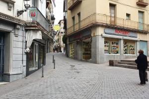 Instal·len dos fitons a l'entrada del carrer Major de Berga per limitar-hi l'accés de vehicles