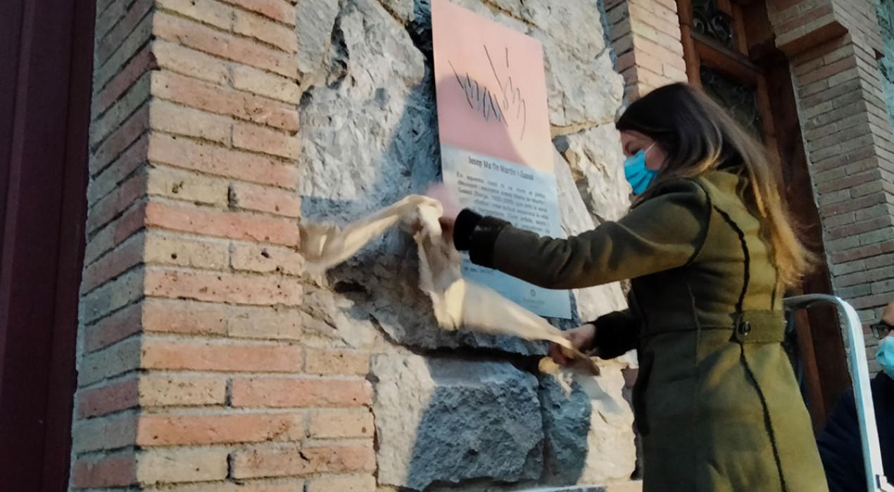 Col·loquen una placa d'homenatge al pintor Josep Maria de Martín a la façana de la casa on va viure