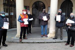 Les associacions de veïns de Berga entreguen més de 3.100 firmes contra la pujada de l'IBI i la taxa d'escombraries