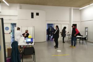 L'Hotel d'Entitats de Berga comença a vacunar AstraZeneca: el personal essencial ja no haurà de baixar al Bages