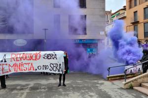 La manifestació del 8-M a Berga s'atura a les empreses de treball temporal i els encartella les façanes
