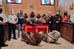 Els Mossos entreguen a l'Ajuntament de Berga les rèpliques dels cavallets de La Patum desaparegudes fa 20 anys