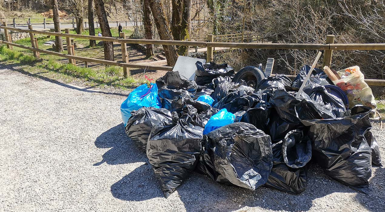 El Grup de Defensa de la Natura i Piolet Negre recullen 26 bosses d'escombraries a la Font Negra