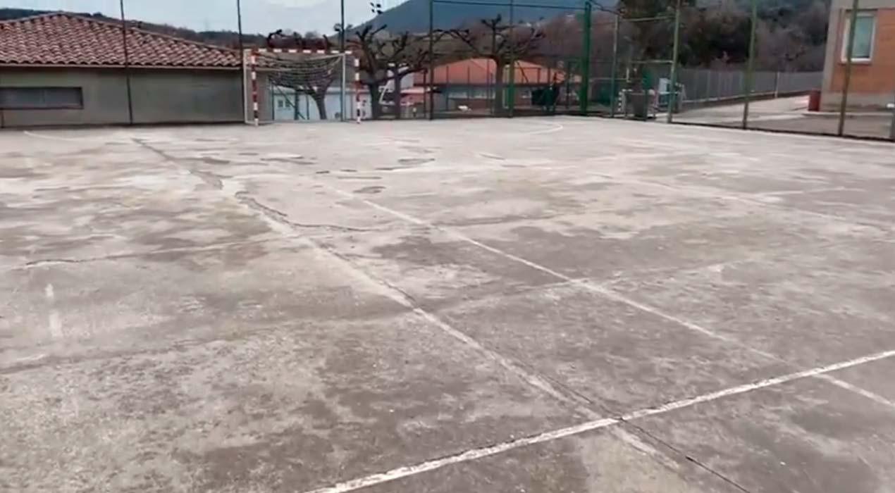 Els veïns d'Avià decideixen pavimentar la pista de l'escola amb els diners dels pressupostos participatius