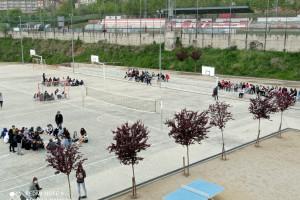 El professorat del Serra de Noet explica a l'alumnat la supressió d'una línia d'ESO en un acte reivindicatiu al pati