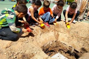 L'Escola Sant Joan de Berga celebra 50 anys enterrant els records al sorral per recuperar-los d'aquí a 25 anys
