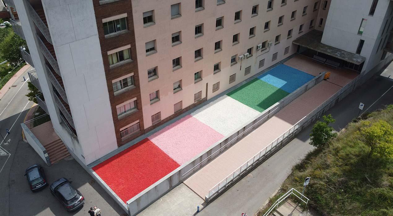 """L'artista Berni Puig dona color al pati empedrat de l'entrada de l'hospital de Berga: """"És una obra viva, canviarà amb els anys"""""""