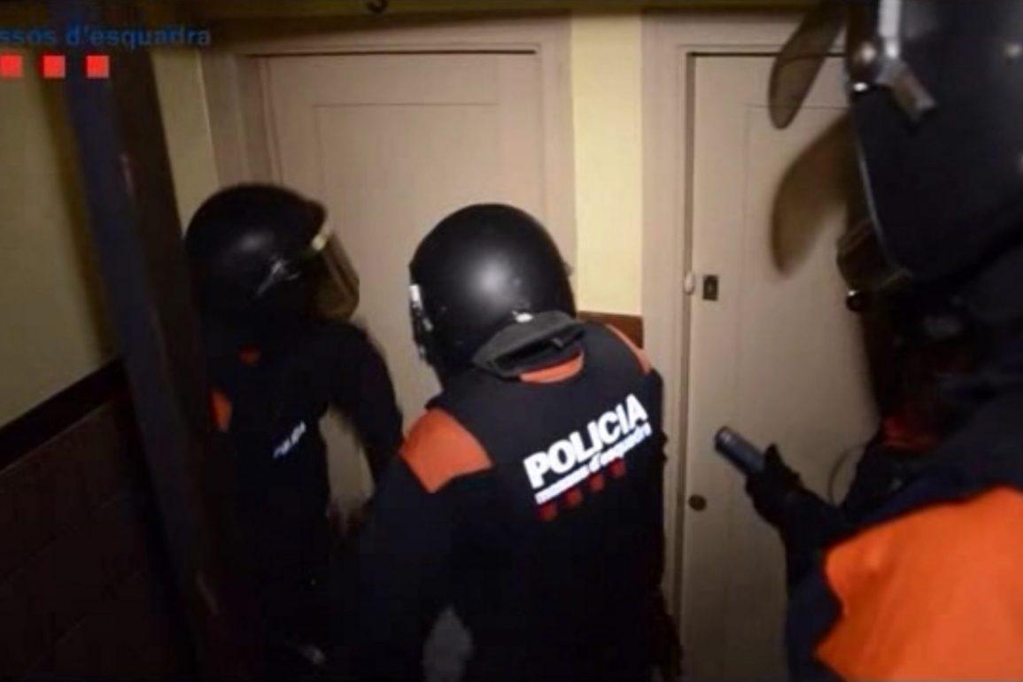 Pla conjunt de diversos mossos durant l'operatiu contra un grup especialitzat en assaltar cases a les comarques gironines. ACN